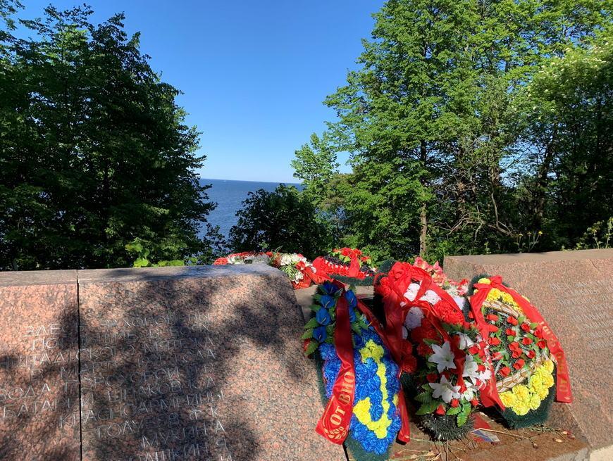 Мемориал Красная Горка - Намогильный памятник