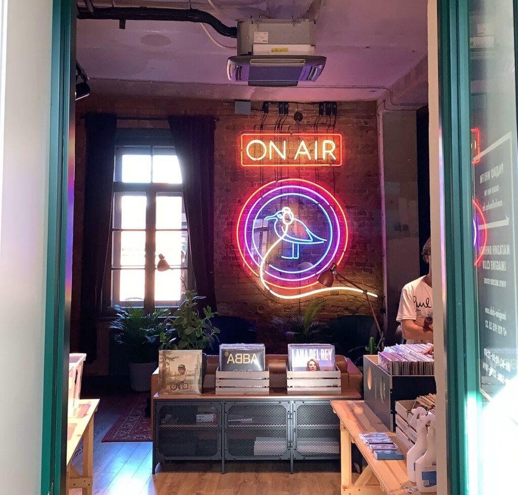 Студия радиостанции NHI FM в Бутылке