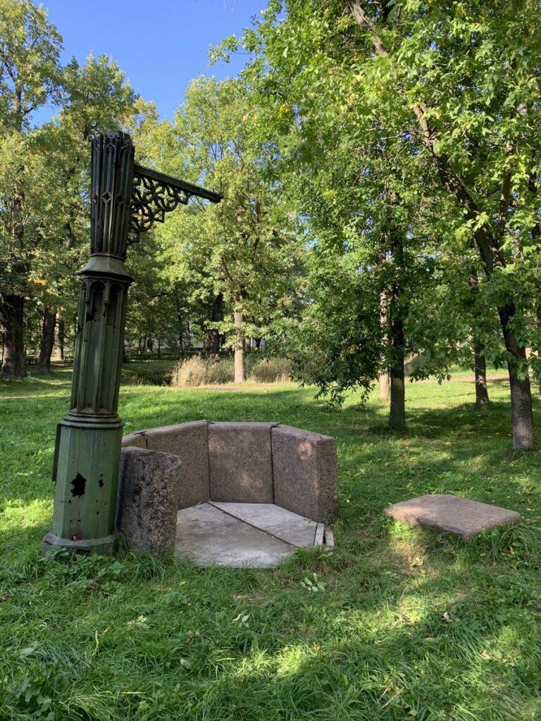 Готический колодец в Орловском парке