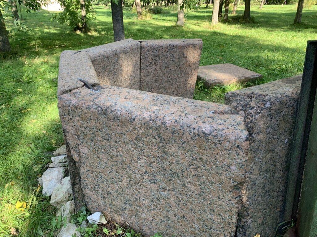 Готический колодец для гаданий в Орловском парке в Стрельне