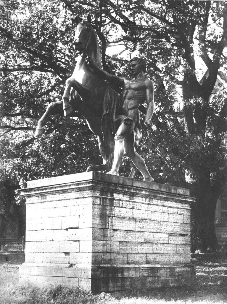 """Скульптуры Клодта """"Укрощение коня человеком"""" в Орловском парке, 1939 год. Стрельна"""