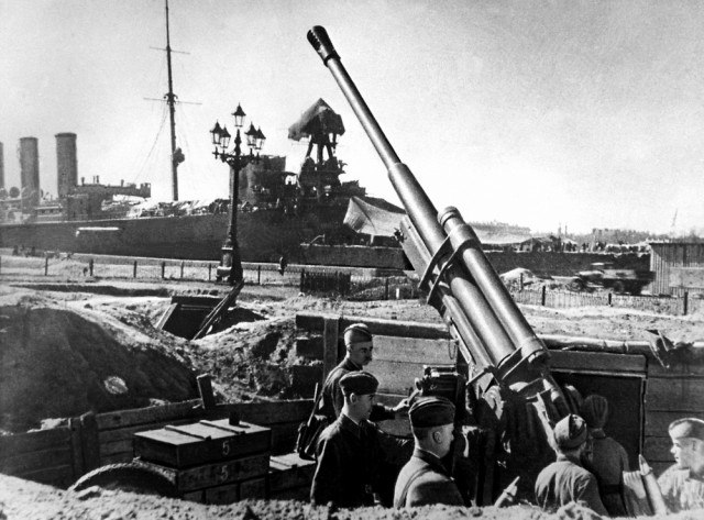 Зенитчики на фоне Авроры 1942 год