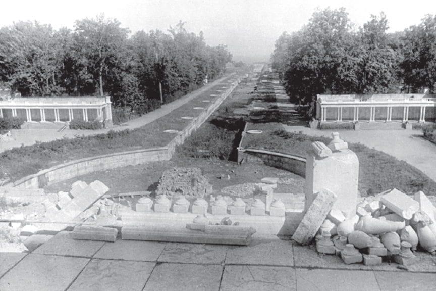 Большой каскад в Петергофе. 1944.