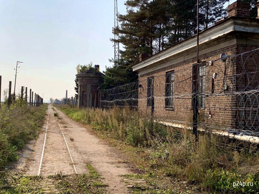 Дорога по дамбе к форту Петр I