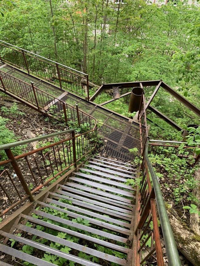 лестница спуск к радоновому озеру Лопухинка