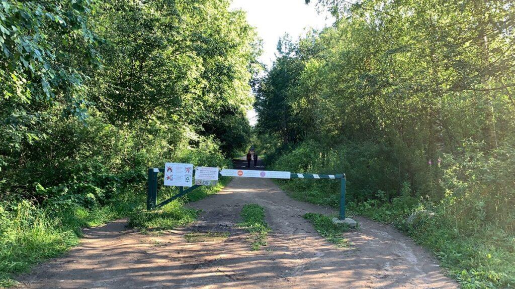 Шлагбаум на входе в природный заказник Сестрорецкое болото