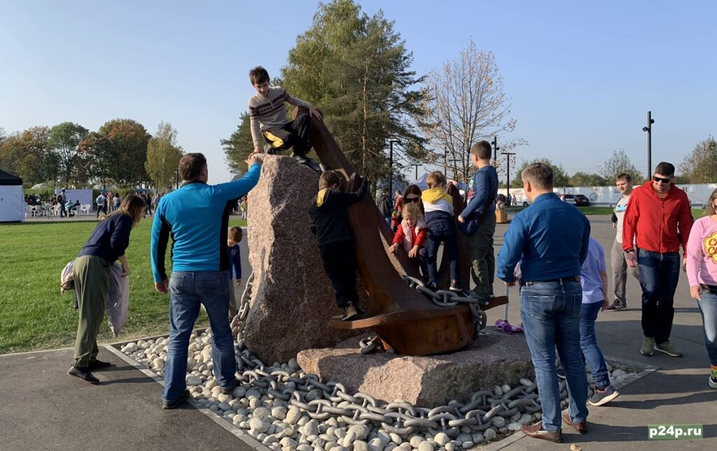 Дети облепили памятники на Острове Фортов в Кронштадте