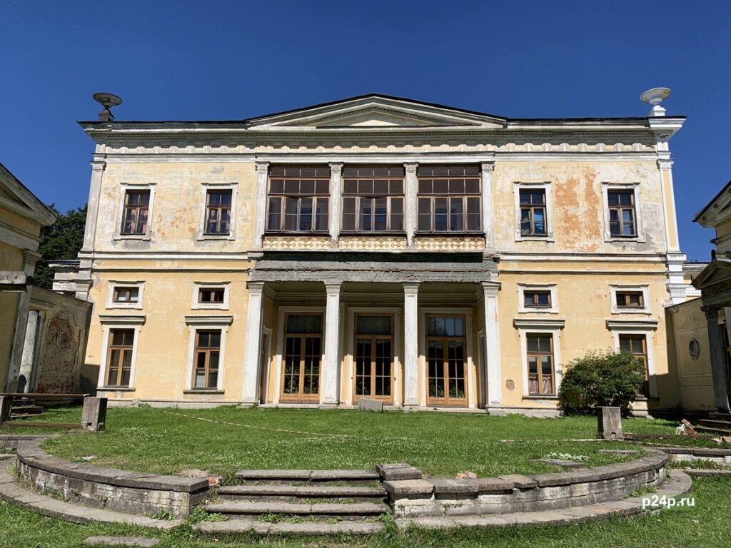 Дворец Лейхтенбергских в Сергиевке вид сбоку