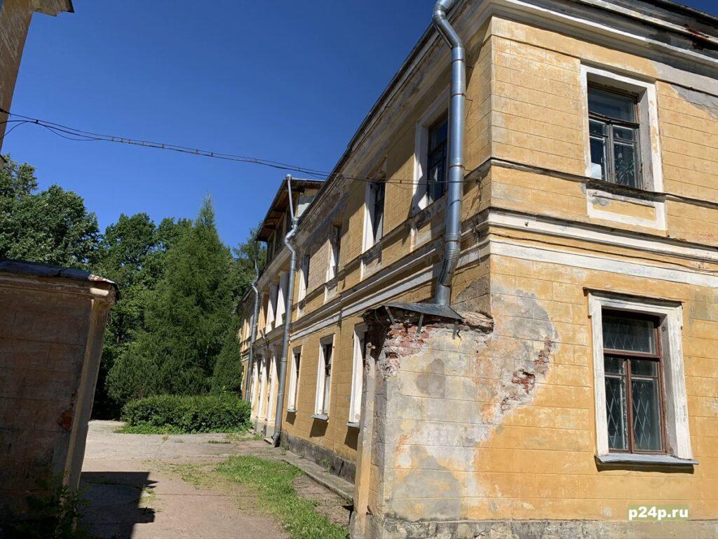 Парк Сергиевка под Петергофом и каменная голова