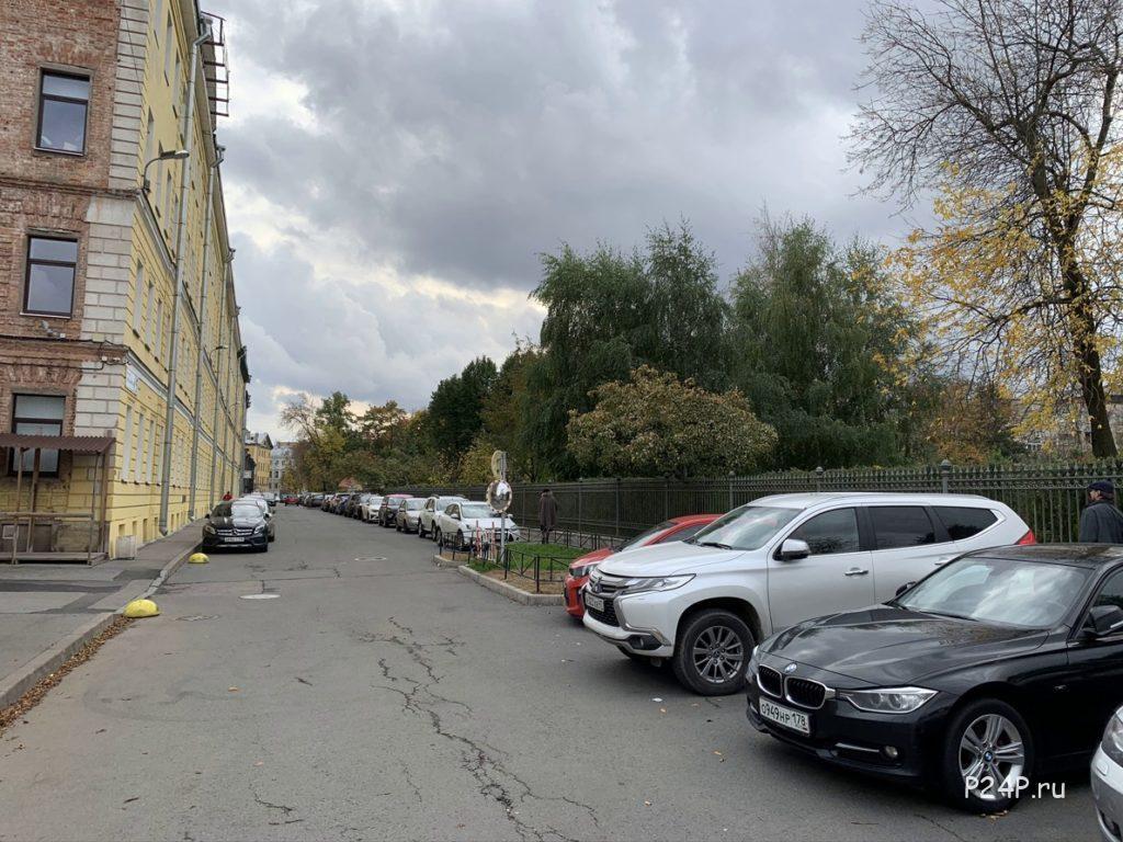 Державинский переулок, вход в Польский сад закрыт.