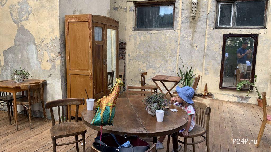 Винтажная мебель во Дворе Гостинки