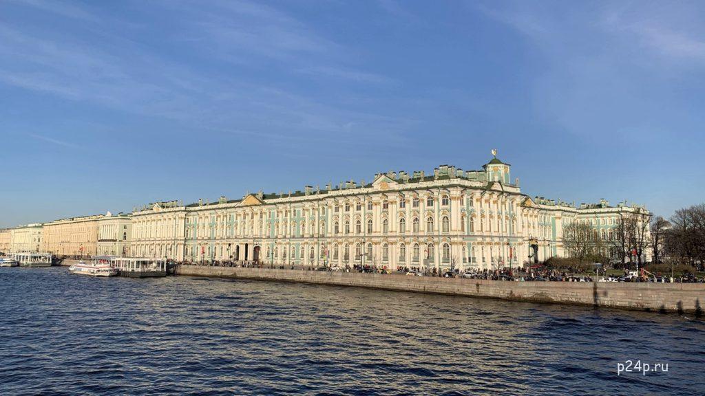 Зимний дворец со стороны Дворцовой набережной