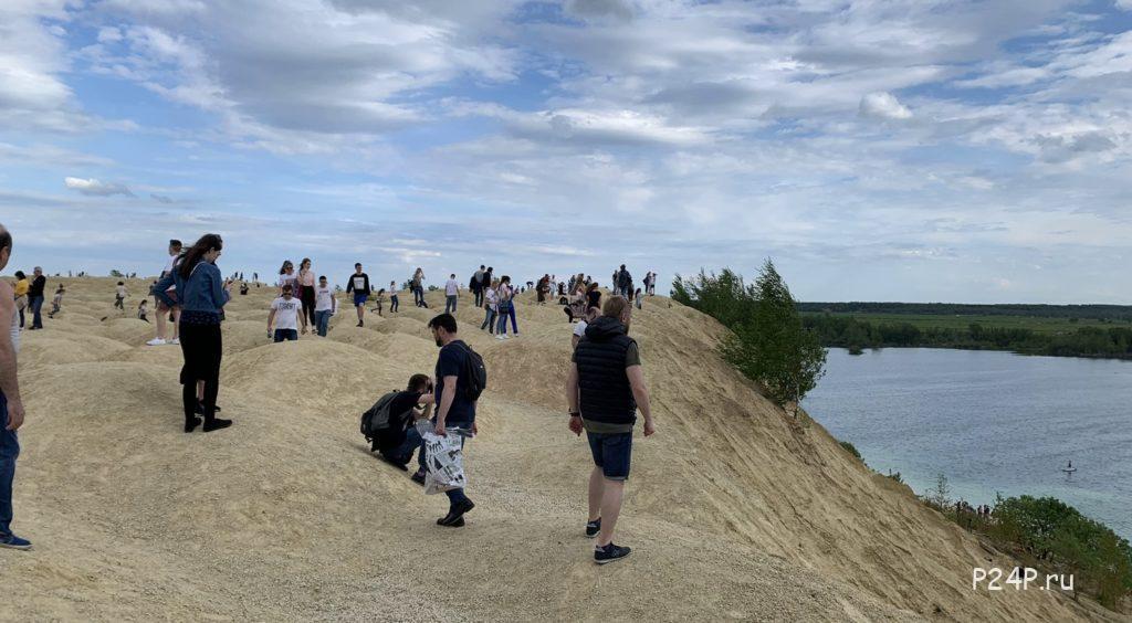 Толпы народа на Борницком карьере в выходные летом