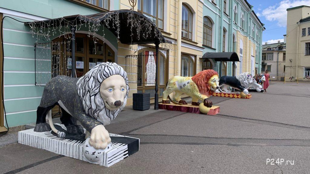 Львы у академии музыки Елены Образцовой во Дворе Гостинки