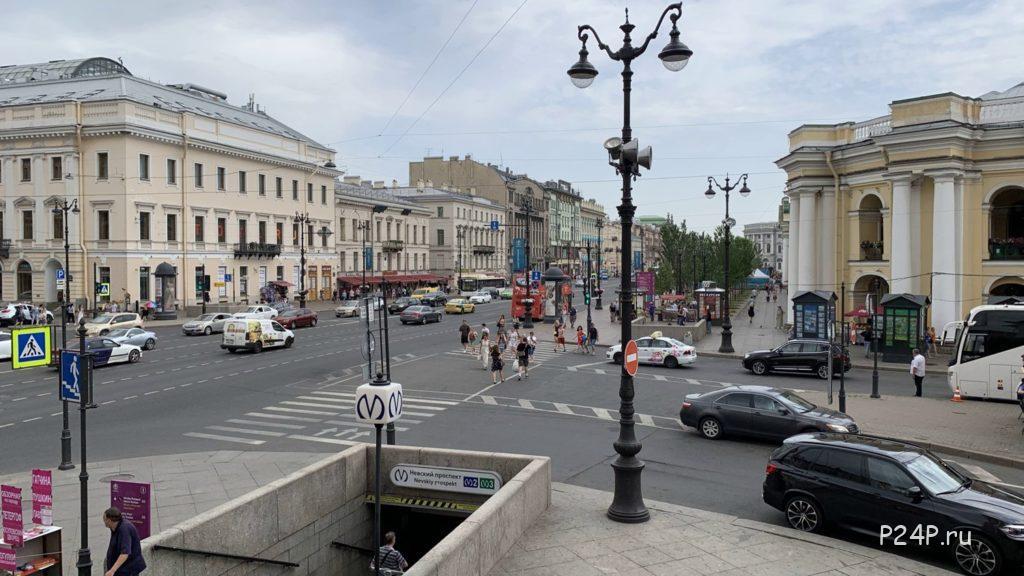 Невский проспект, пересечение с Думской улицей и Перинной линией