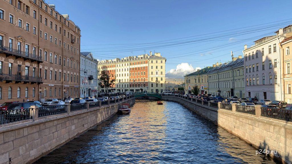 Замкнутая перспектива на канал Грибоедова с Кокушкина моста, вид на Сенной мост. По центру доходный дом Безобразовой