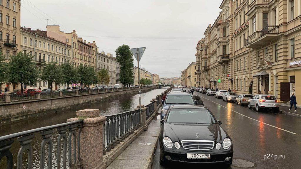 Замкнутая перспектива на канал Грибоедова с Кокушкина моста, вид на Вознесенский мост