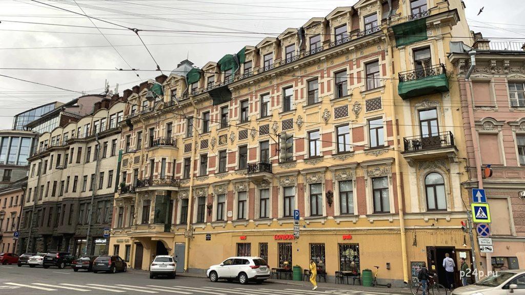 Римского-Корсакова дом 3 , (левее желтого дома), здесь недолго жил Достоевский с семьёй